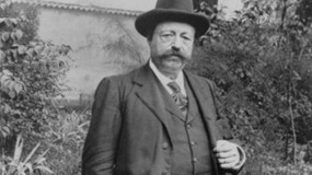 Maître Philippe de Lyon debout en chapeau